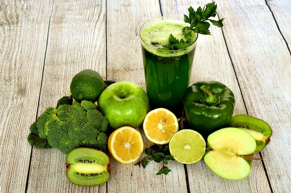 Grøn grøntsagsjuice og grønne frugter