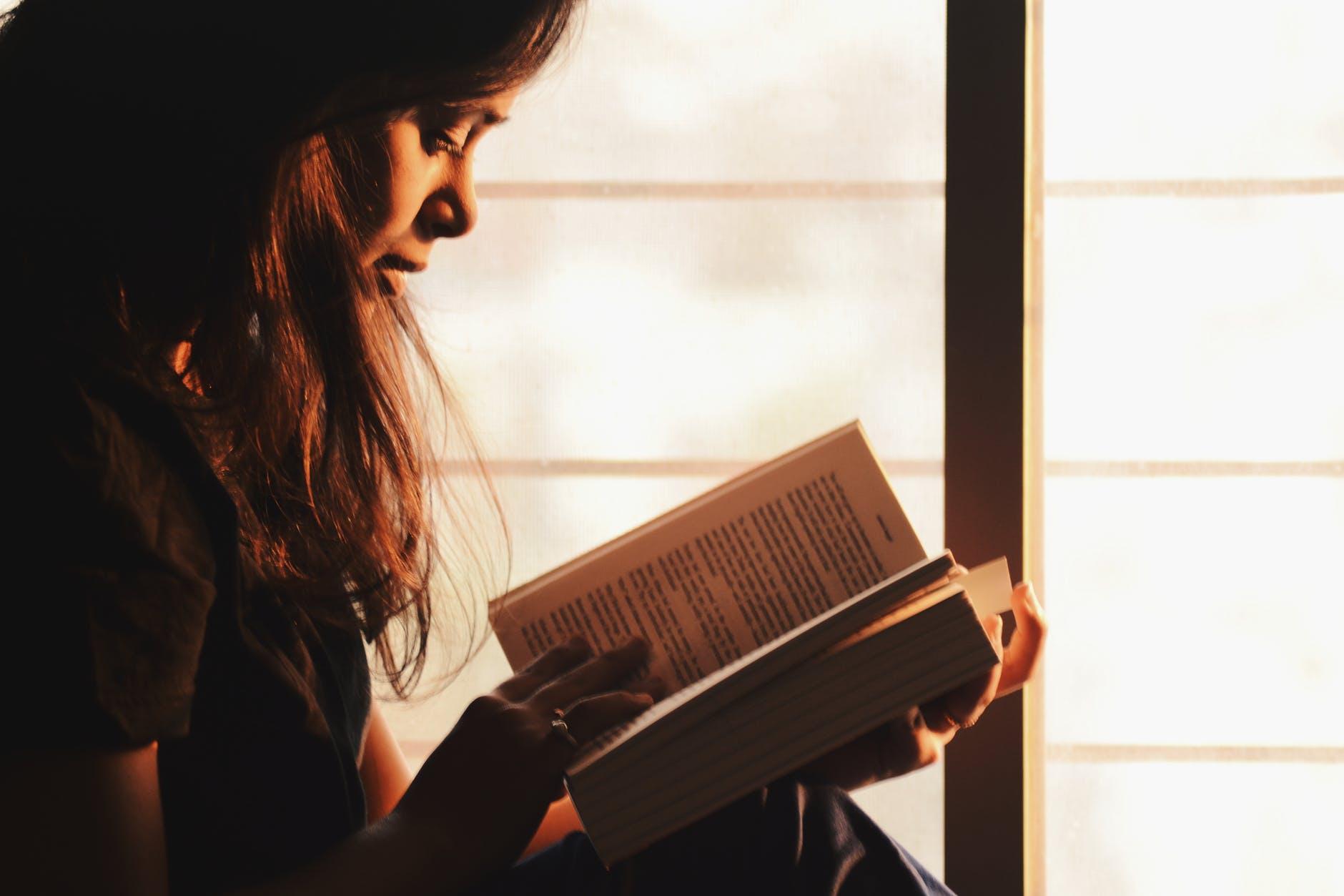 Kvinde der læser en selvhjælpsbog