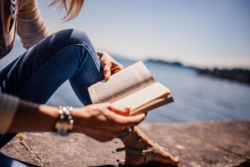 Kvinde fordyber sig i en bog