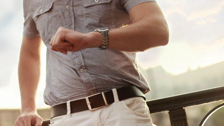 Mand med armbåndsur