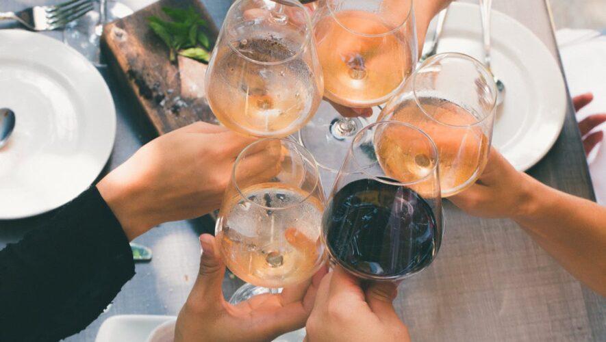 Personer med et vinglas i deres hænder