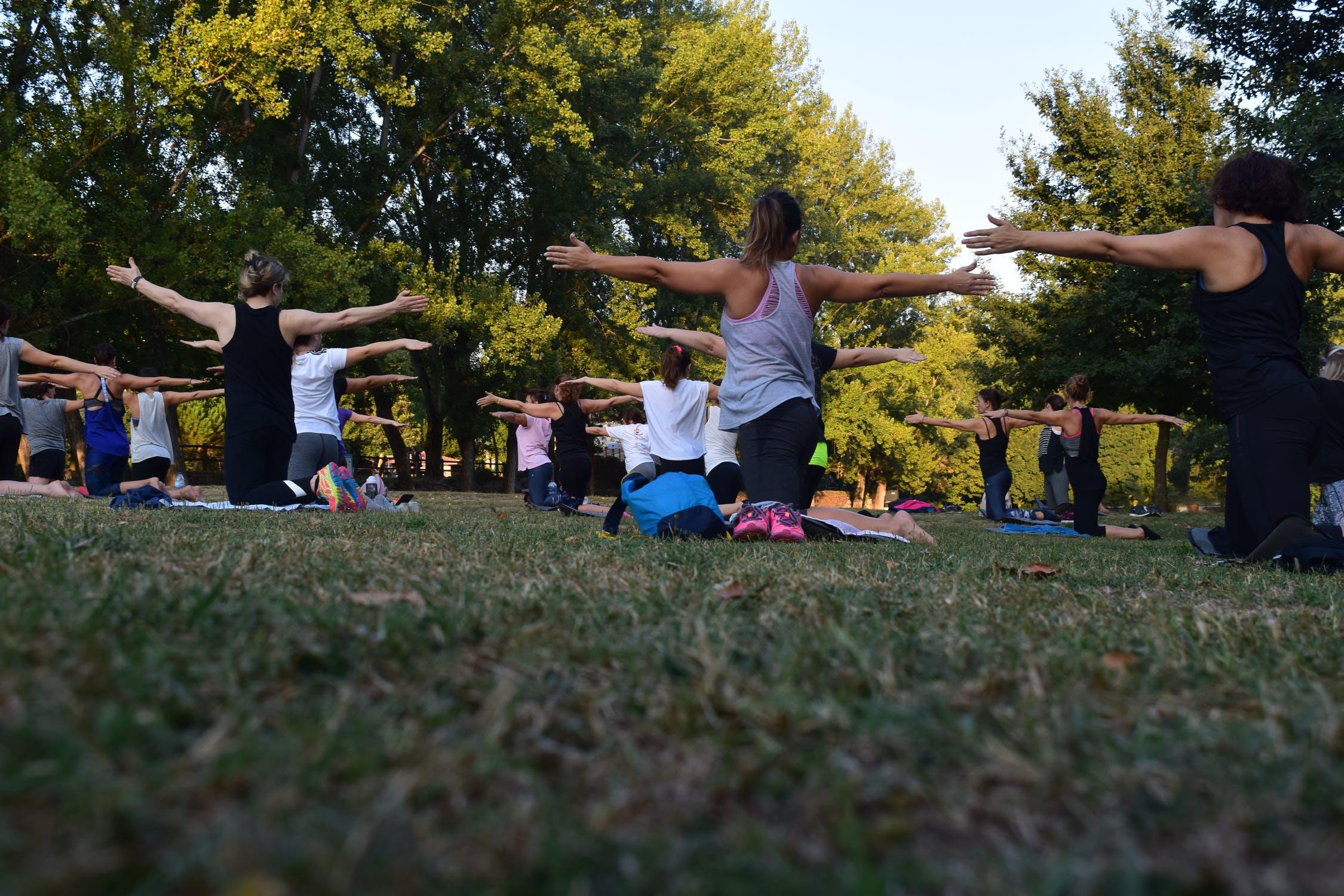 Kvinder laver yoga