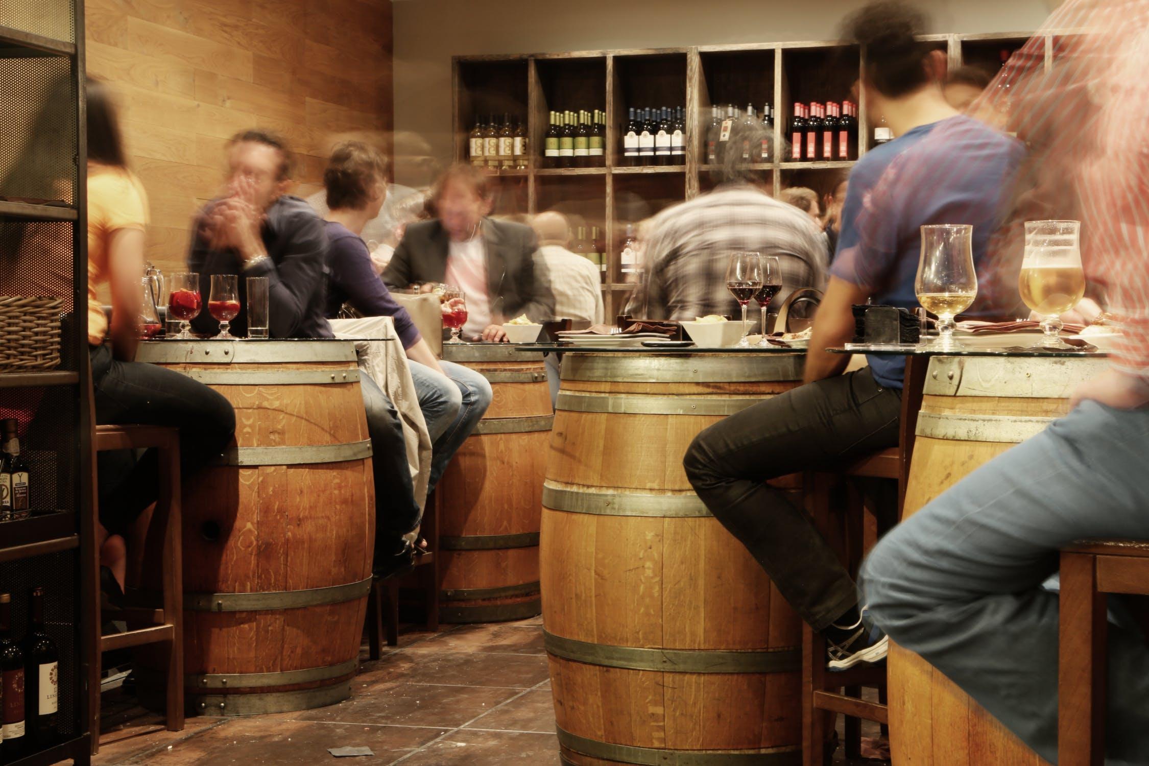 En restaurant hvor folk spiser tapas og drikker vin.
