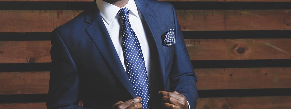 Mand iført jakkesæt