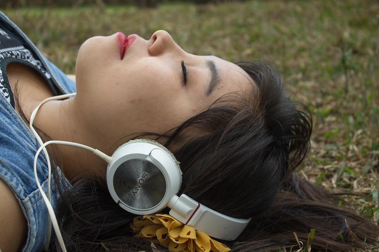 pige med headset i drømmeverden