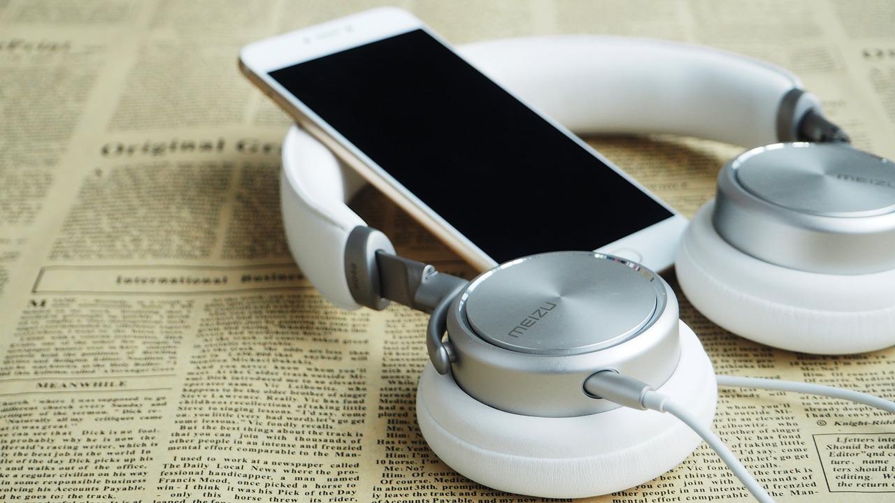 headset og telefoner på bog