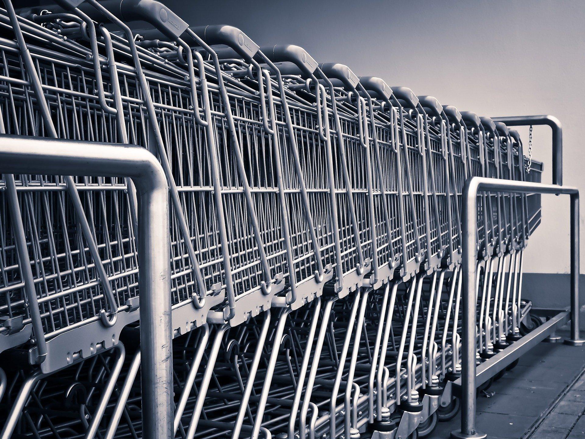 Indkøbsvogne ved supermarked