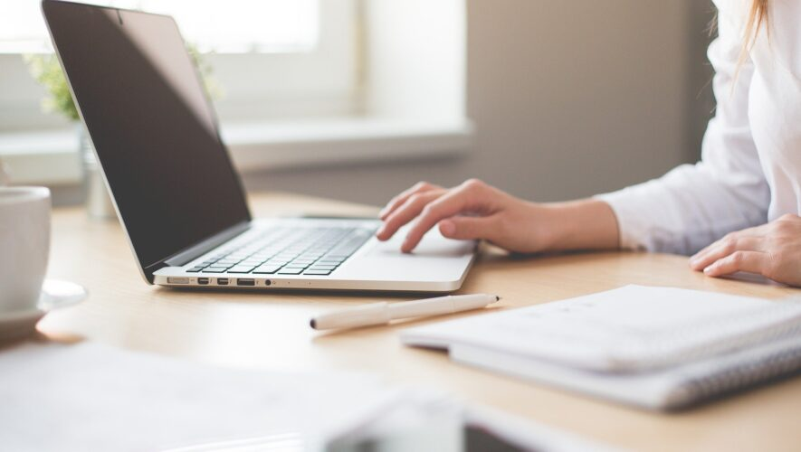 Kvinde skriver på laptop