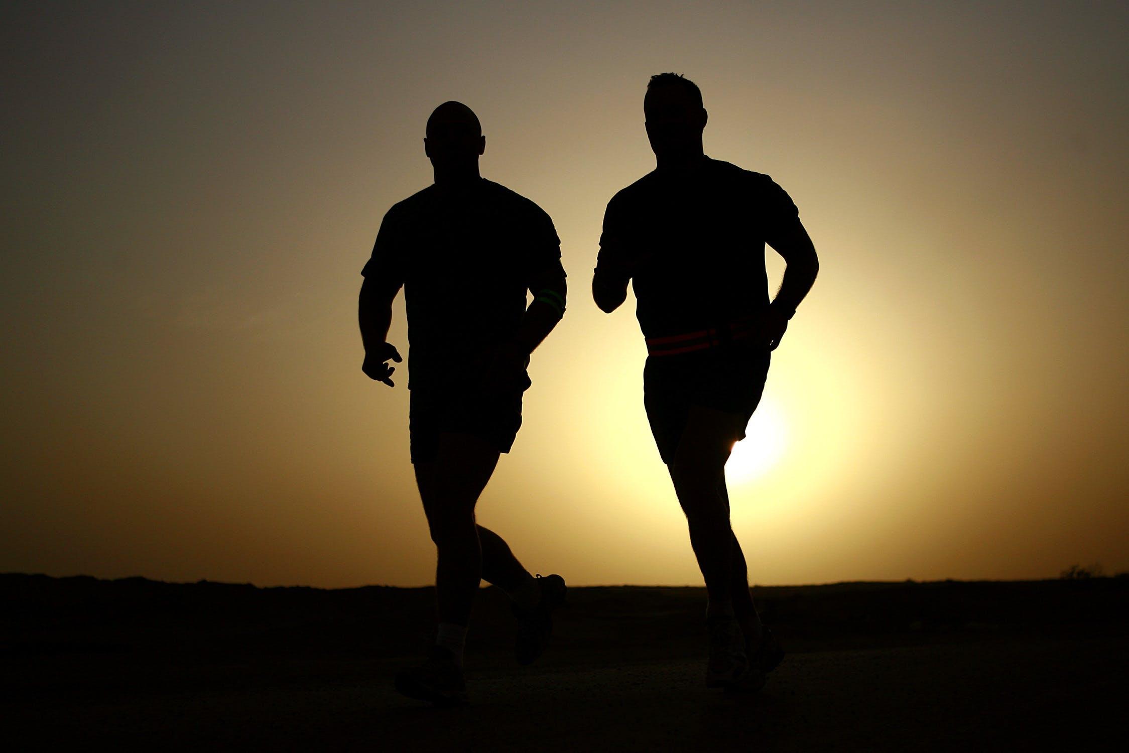To løbende mænd