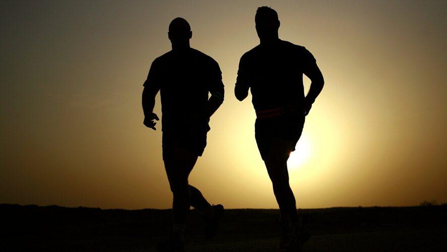 Mænd der løber i solnedgang