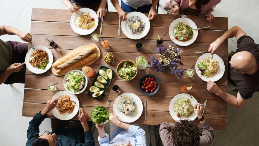 Bord med mennesker og mad