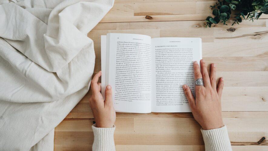 To hænder og en bog