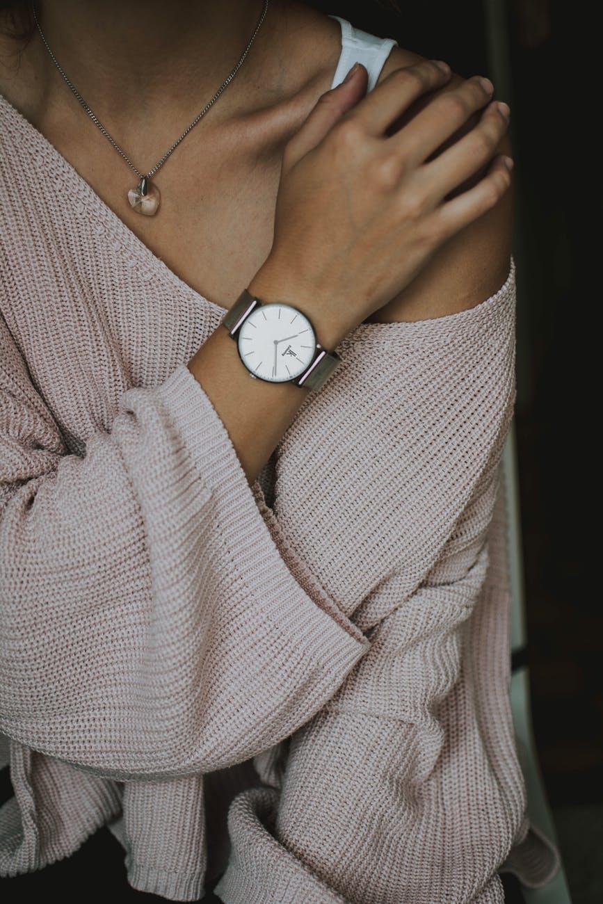 kvinde med ur