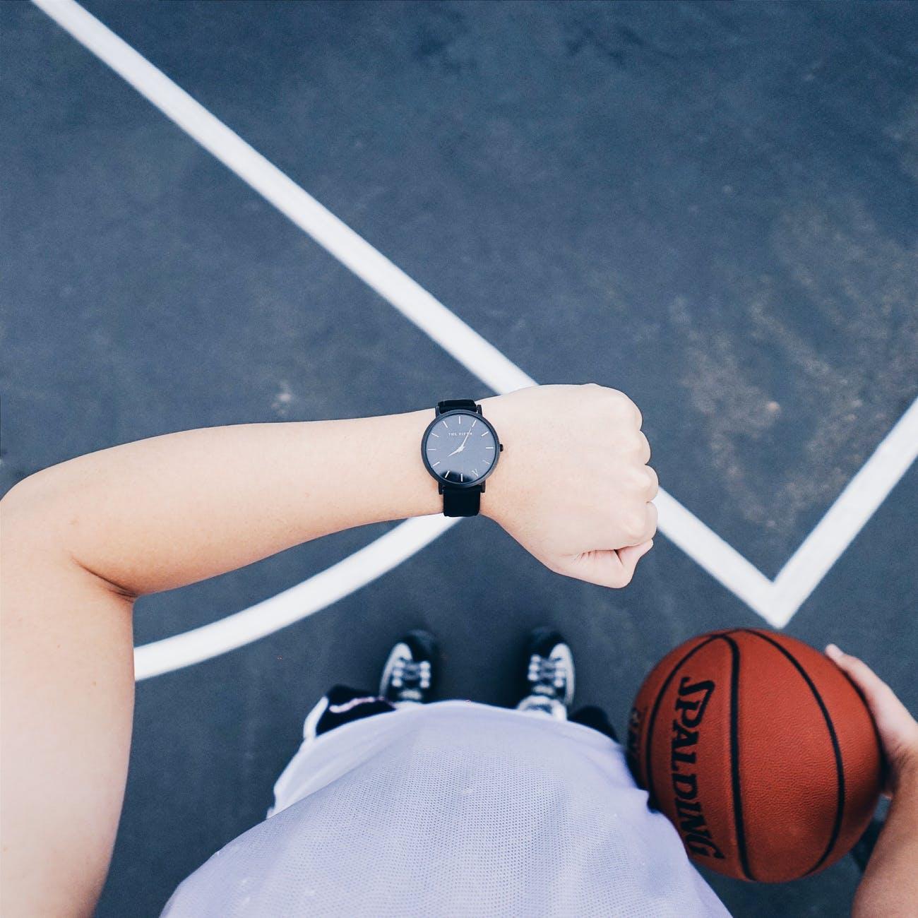 sportsmand med ur og basketball