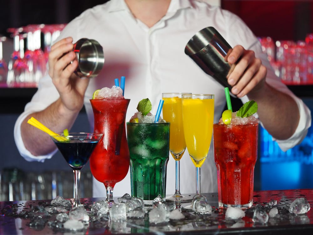 bartender som laver drinks