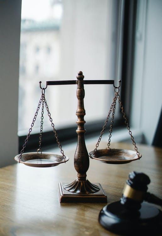 Vægt symboliserer retfærdighed
